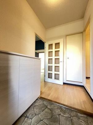 玄関から室内への景観です!右手に洗面所、左手にダイニングキッチンがあります★