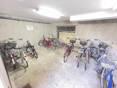 屋内の駐輪場で雨が降っても大切な自転車が濡れなくてすみますね♪駅から自転車もおすすめです!
