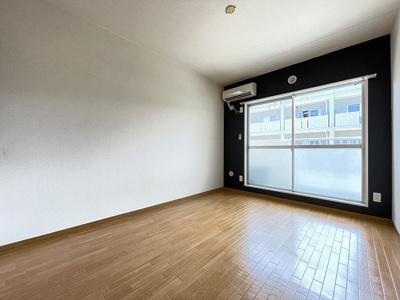 バルコニーに繋がる西向き洋室6帖のお部屋です!エアコン付きで1年中快適に過ごせますね☆