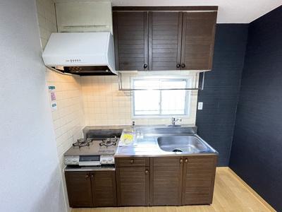 ガスコンロ設置可能のキッチンです☆ご自身でお好きなタイプのガスコンロをご用意いただけます!窓があるので換気もOK!場所を取るお鍋やお皿もすっきり収納できます♪
