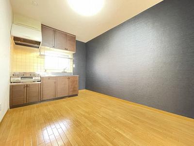 バルコニーに繋がる西向き6帖の落ち着く和室です!☆和室は夏場も涼しくて快適ですよ♪押入も完備しています◎※参考写真※