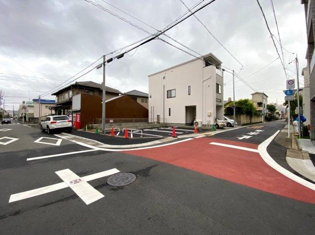 道路からみた月ぎめ駐車場の写真です