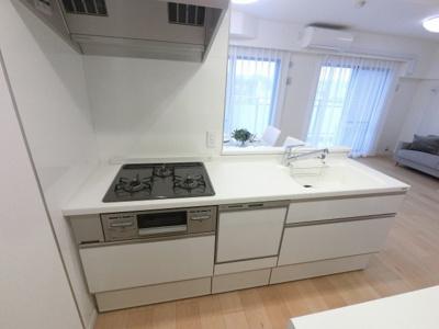 3口ガスコンロのシステムキッチンです。 食器洗乾燥機付き、後片付けもラクラクこなせて、環境に優しい設備です。