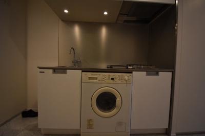 洗濯乾燥機がついたキッチンです