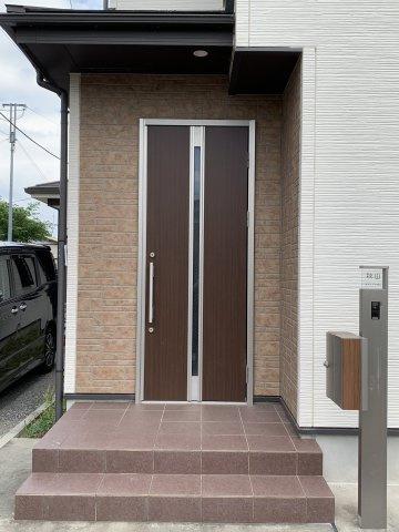 清潔感のある玄関となっており、郵便ボックスも完備されております。