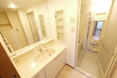 大きな鏡の洗面台でとても便利です