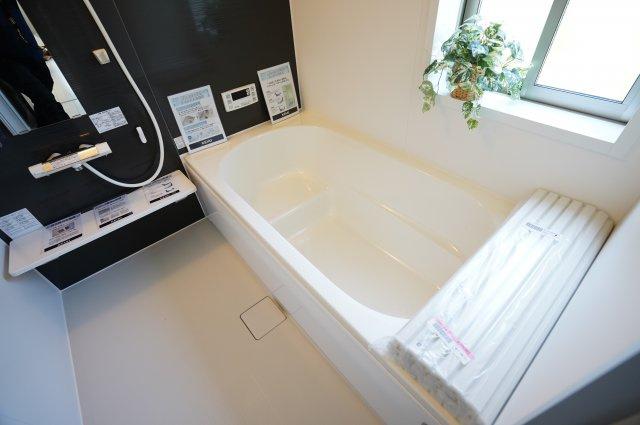 【同仕様施工例】脚を伸ばして入浴できるので、ゆったり入浴することができますよ♪