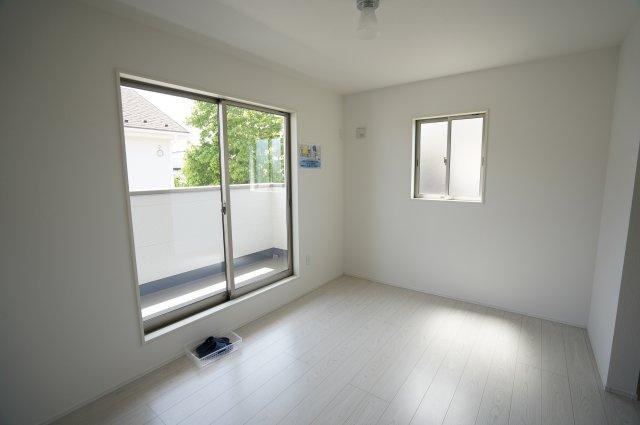 【同仕様施工例】バルコニーに面した5.2帖の洋室!大きな窓から暖かい陽が射し込んで気持ちが良さそうですね♪