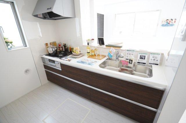 【同仕様施工例】対面式のキッチンでご家族とコミュニケーションをとりながらお料理を作ることができますよ。