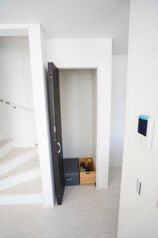 【同仕様施工例】キッチン横にある収納です。普段使わないキッチン家電から食料品のストックまでまとめて収納できます。