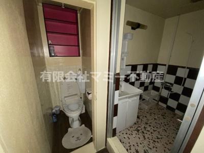 2階トイレとシャワー室、洗面台