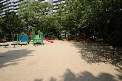 マンション敷地内には遊具のある公園がございます。