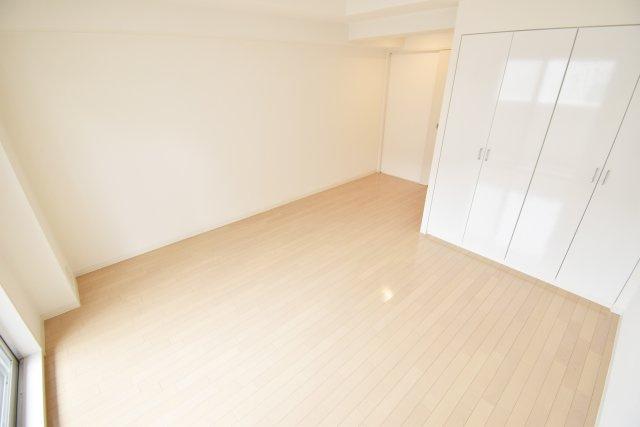 白を基調とした明るいお部屋。
