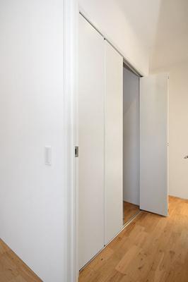 【ピース・クレアA棟】廊下部分にもウォークインクローゼット有!※前回募集時の室内写真です。