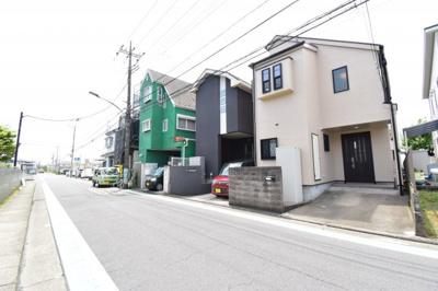 前面道路は6mで閑静な住宅地となります。車通りも少ないので運転が苦手な奥様も安心して駐車できます。