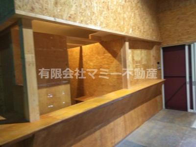 入口入ってすぐはカウンター等が造作されています。