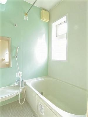 バスルームはいつでもぽかぽかお風呂に入れる追焚機能付き☆窓があるので湿気対策OK!ゆったりバスタイムでリラックス☆