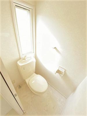 窓のあるトイレで換気もOK☆嫌なニオイがこもりません♪横にはタオルを掛けられるハンガーもあります♪