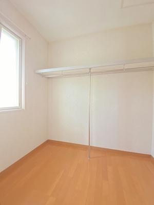 洋室7.6帖のお部屋にあるウォークインクローゼットです♪たっぷり収納できてお洋服や荷物が多くてもお部屋すっきり☆