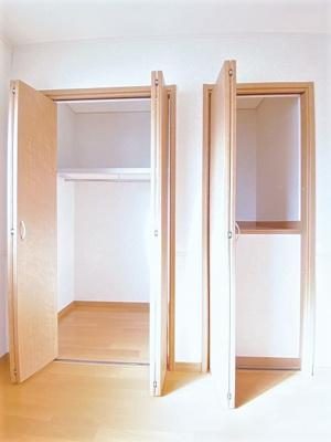 洋室6.8帖のお部屋にあるクローゼット(左)と収納スペース(右)です♪かさばりやすいコートなどもハンガー掛けができてすっきり片付きます♪