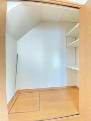リビングダイニングキッチンにある階段下収納です!収納したい物のサイズに合わせて棚板を自由に動かせる棚が付いています☆