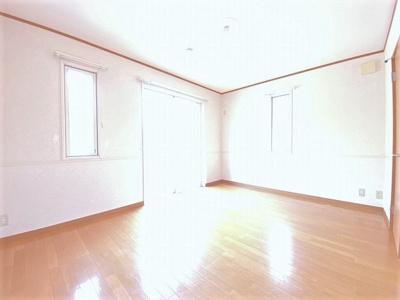 2階・バルコニーに繋がる南東向き角部屋二面採光洋室7.6帖のお部屋です!フローリングなので毎日のお手入れもラクラクできちゃいます!