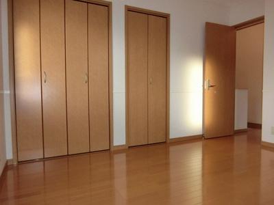 2階・クローゼットと収納スペースのある洋室6.8帖のお部屋です♪お洋服の多い方もお部屋が片付いて快適に過ごせますね♪