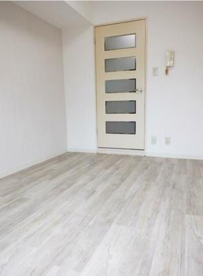 白が基調の清潔感のある室内