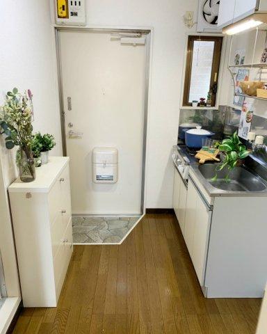 室内から玄関への景観です!キッチンには換気のできる窓付きでお料理の匂いもこもりませんね◎