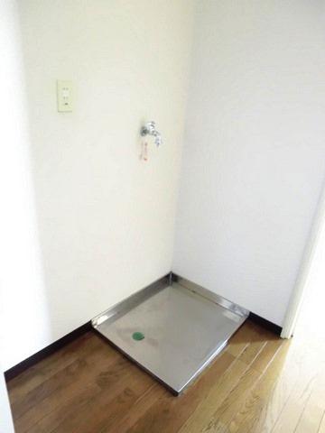 キッチン横にある室内洗濯機置き場です♪防水パンが付いているので万が一の漏水にも安心です!室内に置けるので洗濯機が傷みにくい☆