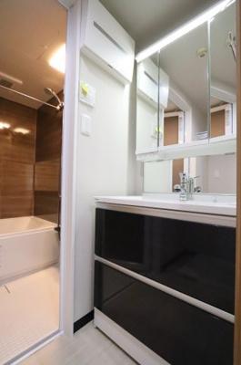 独立洗面台、小物を置くことができて便利です:リフォーム完了しました♪平日も内覧出来ます♪三郷新築ナビで検索♪