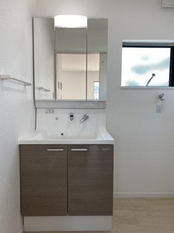 三面鏡タイプの洗面台。鏡裏や下部に大容量の収納スペース。衝撃に強い洗面ボール。※イメージ写真