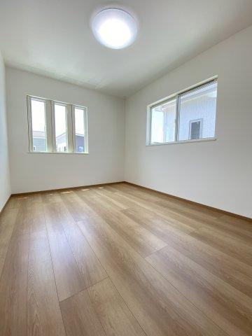 2F洋室。2面窓で日当たり良好!換気も充分にできますね♪子供部屋に◎※イメージ写真