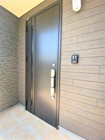 玄関ドア。断熱材があるため熱出入り抑えます。二重ロックとサムターンキーで防犯性も良。イメージ写真