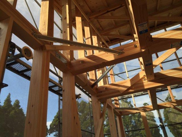 木造軸組み工法。剛床や集成材で耐久性を強化。土台にヒノキ材を使用し強度やシロアリ防止を期待。