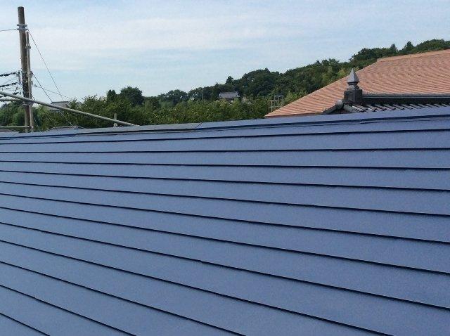 ガルバリウム鋼板葺。太陽熱を反射しやすく、表面温度・屋内温度の上昇を軽減