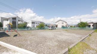 物件南側(写真手前側)は甲府市所有の都市計画道路用地。周囲の用地買収も進んでおらず、計画決定のみの為、暫くは空地です。日当たり良好。