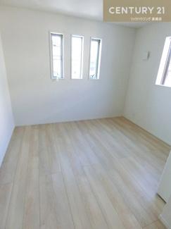 【1号棟写真】 約6.2帖の洋室です。 洋室にはそれぞれクローゼットが付いた仕様です