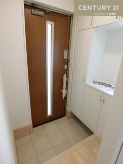 【2号棟写真】 コの字型のシューズクロークで収納もたっぷり玄関もすっきり保てそうですね。