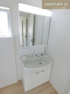 【2号棟写真】 シャワー付きの三面鏡洗面化粧台で朝の身支度もスムーズにおこなっていただけますね。