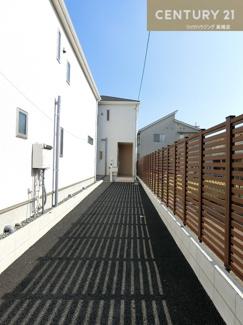 【2号棟写真】 浴室乾燥も付いたお風呂場は、雨の日などに洗濯干しスペースとしても 活躍してくれそうですね。