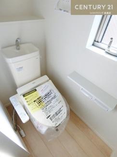 【1号棟写真】 1階2階それぞれにトイレがあります。