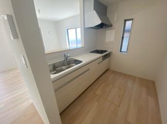 お料理しながらリビング・家族を見渡せる対面キッチン♪家族の会話もはずみます♪床下収納庫や通風・明かり採りに便利な窓も完備!