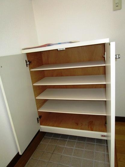 靴箱もありますので玄関回りもスッキリと使えます。