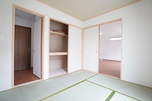 【同仕様施工例】開口部が広いのでムダなく利用できます。座布団やお布団、季節物の家電など収納できます。