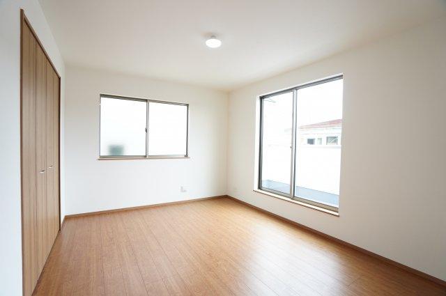 【同仕様施工例】2階 2面窓からの差込む光で昼間も明るいです。