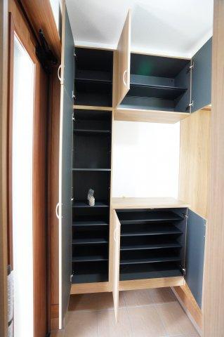 【同仕様施工例】対面式のキッチンです。室内全体を見渡せて、お子様の様子を見ながら作業できます。