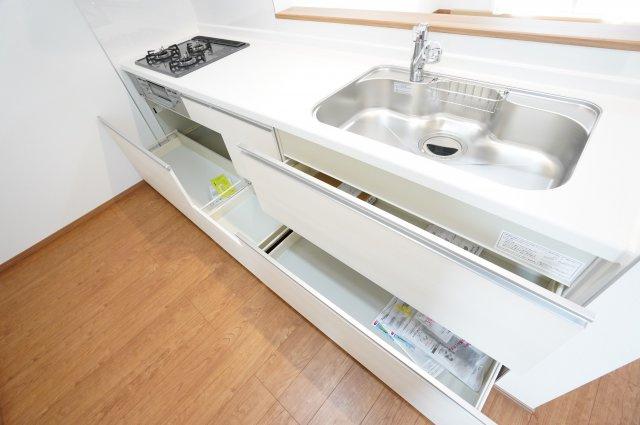 【同仕様施工例】三面鏡の収納で歯ブラシ、化粧品、小物等すっきり片付けできます。
