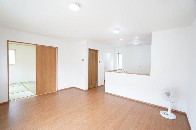 17帖 リビングと隣の和室を開放すればゆったりとした広々空間となります。