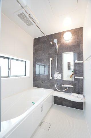 1坪サイズ浴室で足を伸ばせる広々とした浴槽です。